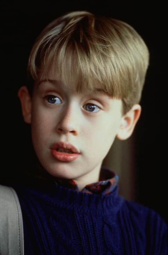 Macaulay Culkin In Home Alone 2 Lost In New York He Is Probably One Of Most Famous Child Stars Ever Macaulay Culkin Home Alone Actor Iconic 90s Movies