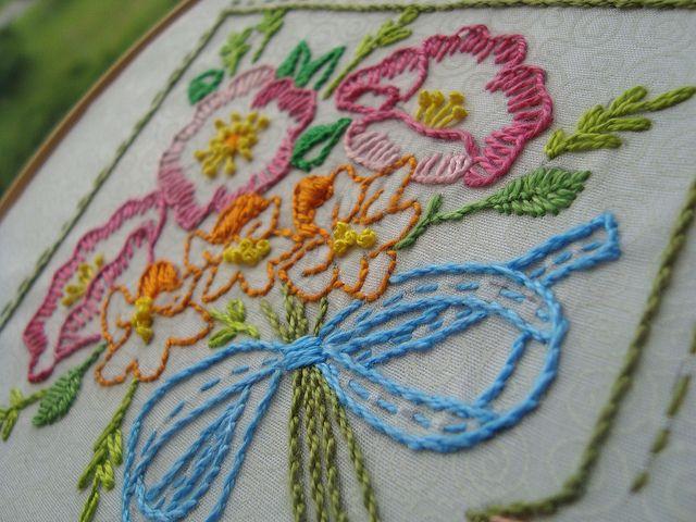 Quinta flower! Bordadinha! by Verachitta, via Flickr  Essa moça borda demais! Seus bordados são maravilhosos. Vale a pena conferir.