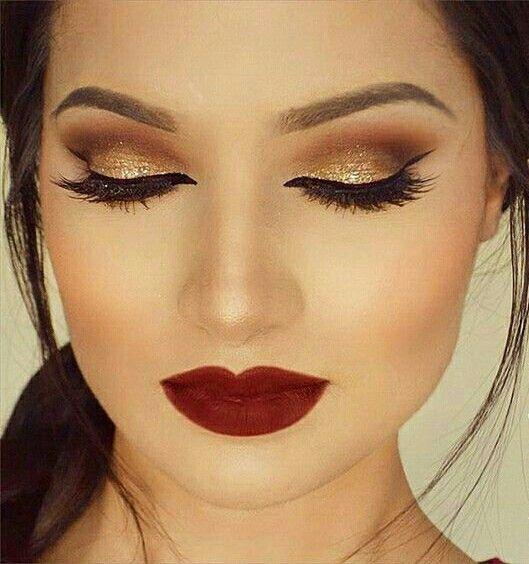 Maquillaje para vestido negro con flores rojo