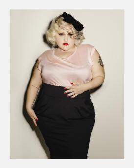 Chicer Pencilskirt & elegantes Top I Credits: Beth Ditto