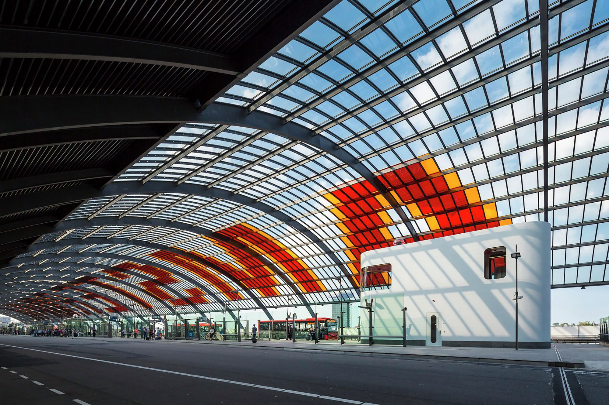 Construido en 2015 en Amsterdam, Holanda. Imagenes por Jannes Linders. El llamativo edificio blanco para conductores de autobuses de la estación de autobuses en Ámsterdam Central alberga un espacio de trabajo, despensa y...
