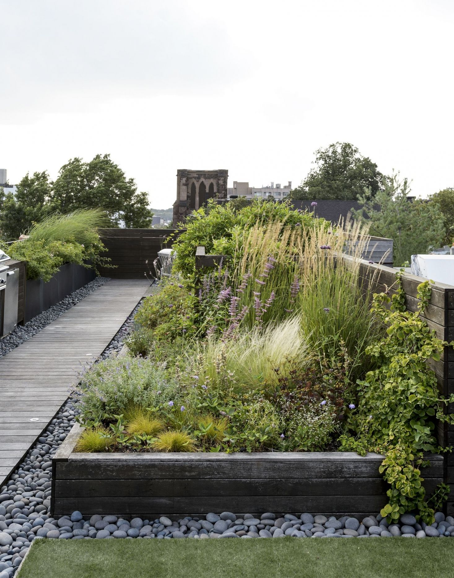 Ask the Expert Roof Garden Basics with Designer Julie Farris is part of Roof garden design, Rooftop garden, Roof garden, Meadow garden, Garden design, Garden architecture - Read our 10 top tips for building a roof garden using beds or planters, from designer Julie Farris  (And see her own roof garden in Brooklyn, New York )