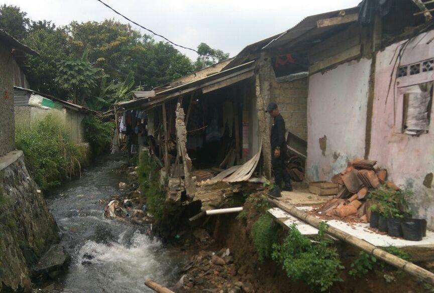 Gawat Sebuah Rumah di Cibadak Kota Bogor Terancam Ambruk Oleh Tanah Longsor