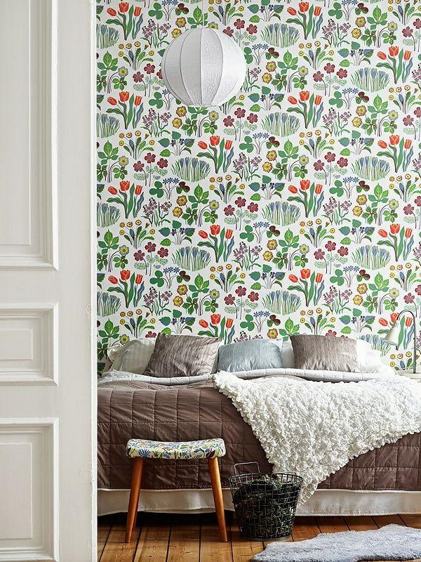 tapetenmuster blumen blüten schlafzimmer bett hocker Interiors