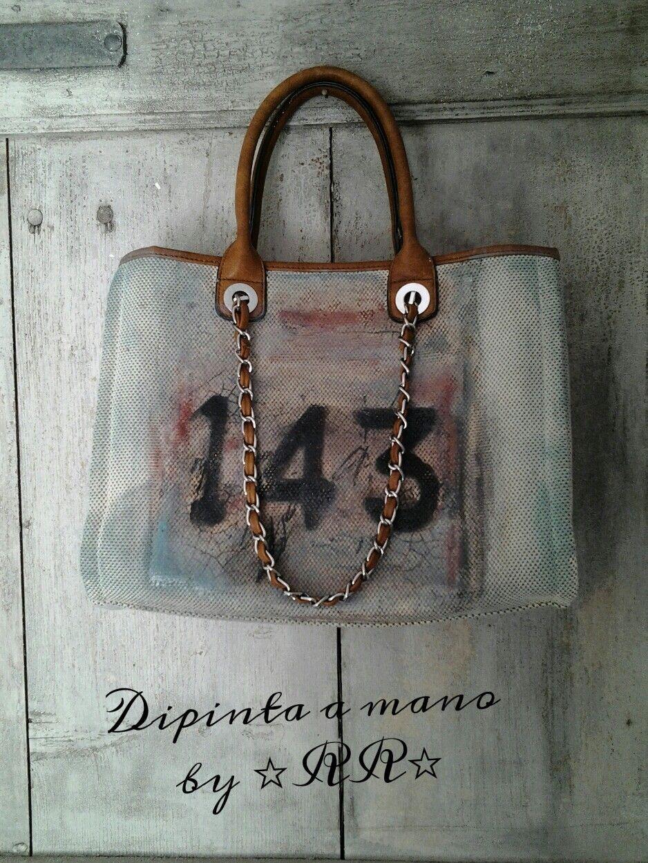 Ancora una borsa interamente dipinta a mano   ispirata da intonaci consumati dal tempo  carichi di            Per uno stile raw ma al...