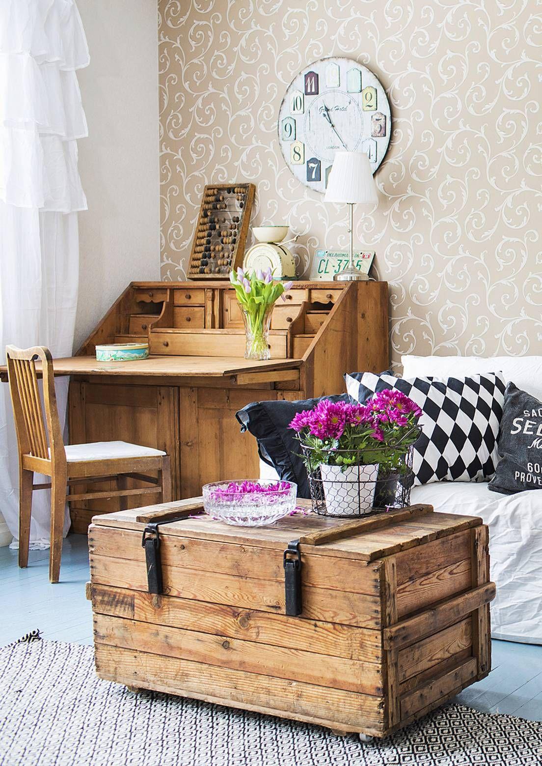 Arkkupöytä tarjoaa sekä laskutason että säilytystilaa. Katso Unelmien Talo&Kodin vinkit, miten monipuolisen kalusteen voi sijoittaa kotiin.