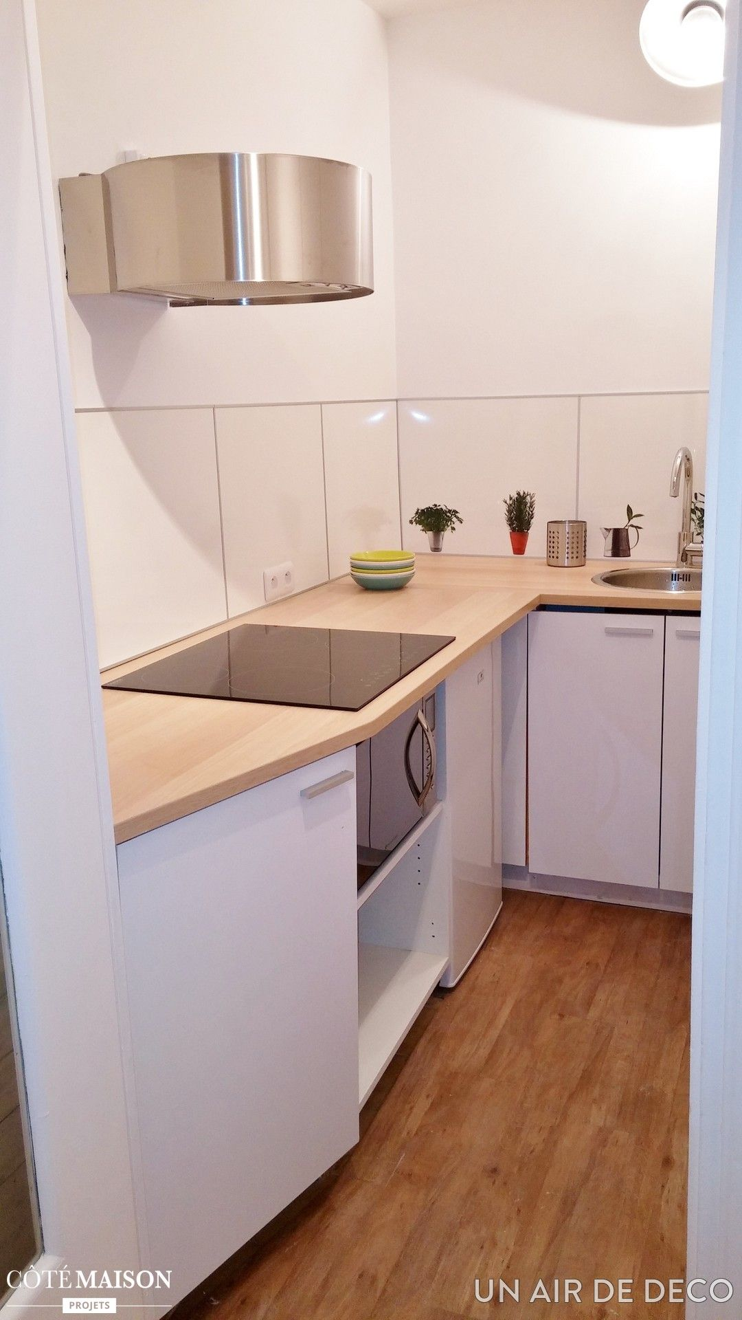 une cuisine fonctionnelle blanche avec plan de travail en bois