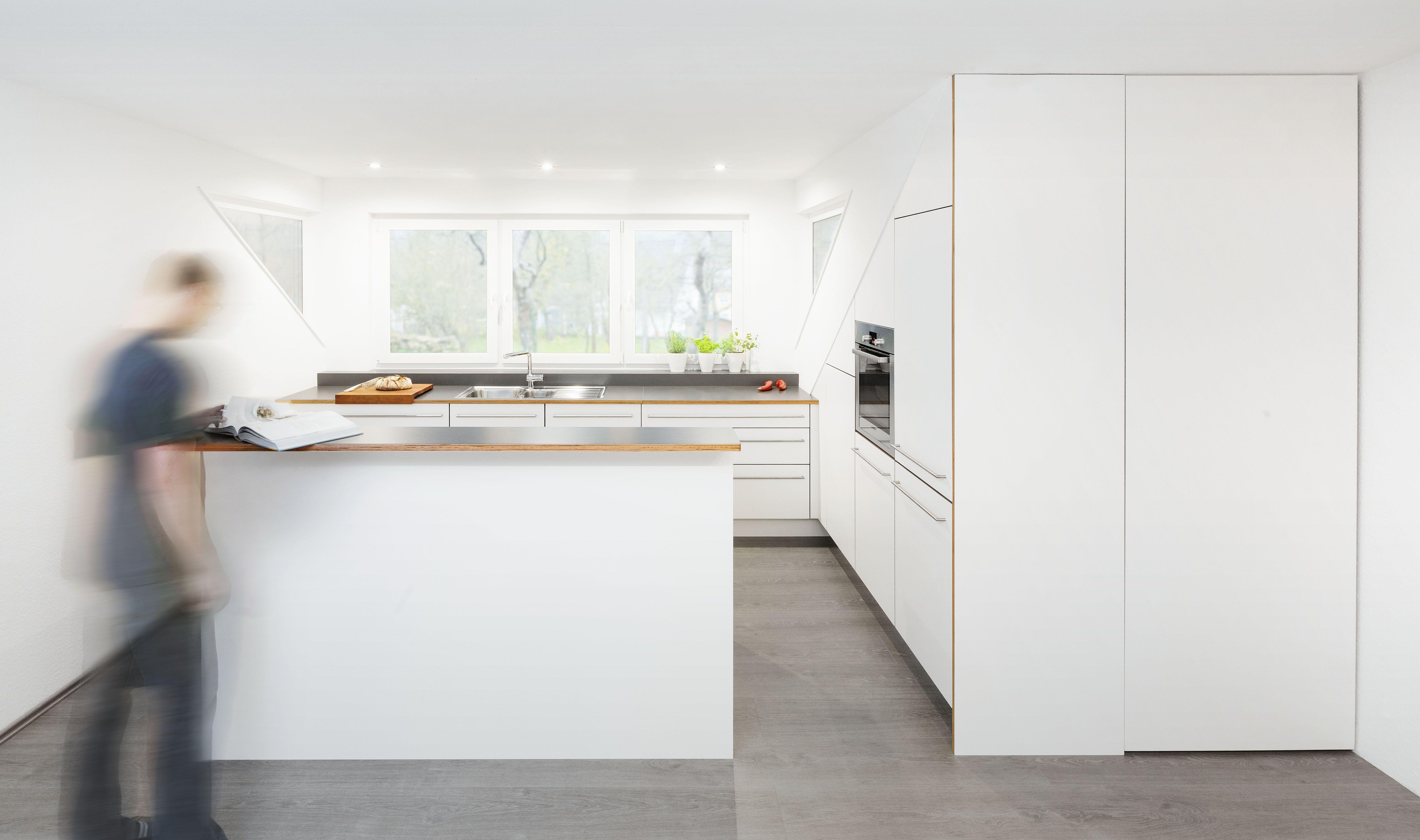 Moderne Weisse Kuche Mit Dunkler Kuchenarbeitsplatte Und Kanten In