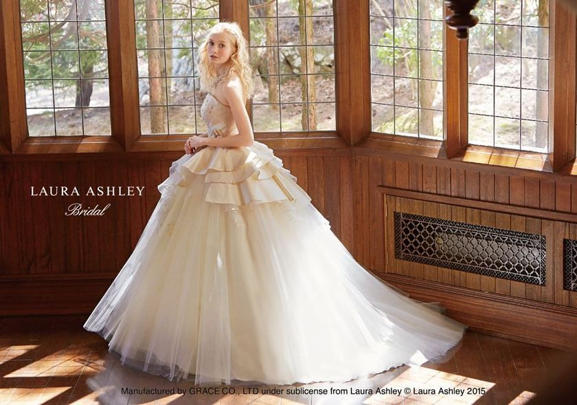 8f5ce8f2594fd 英国スタイルが素敵*ローラアシュレイのウェディングドレスが可愛すぎて感動♡にて紹介している画像