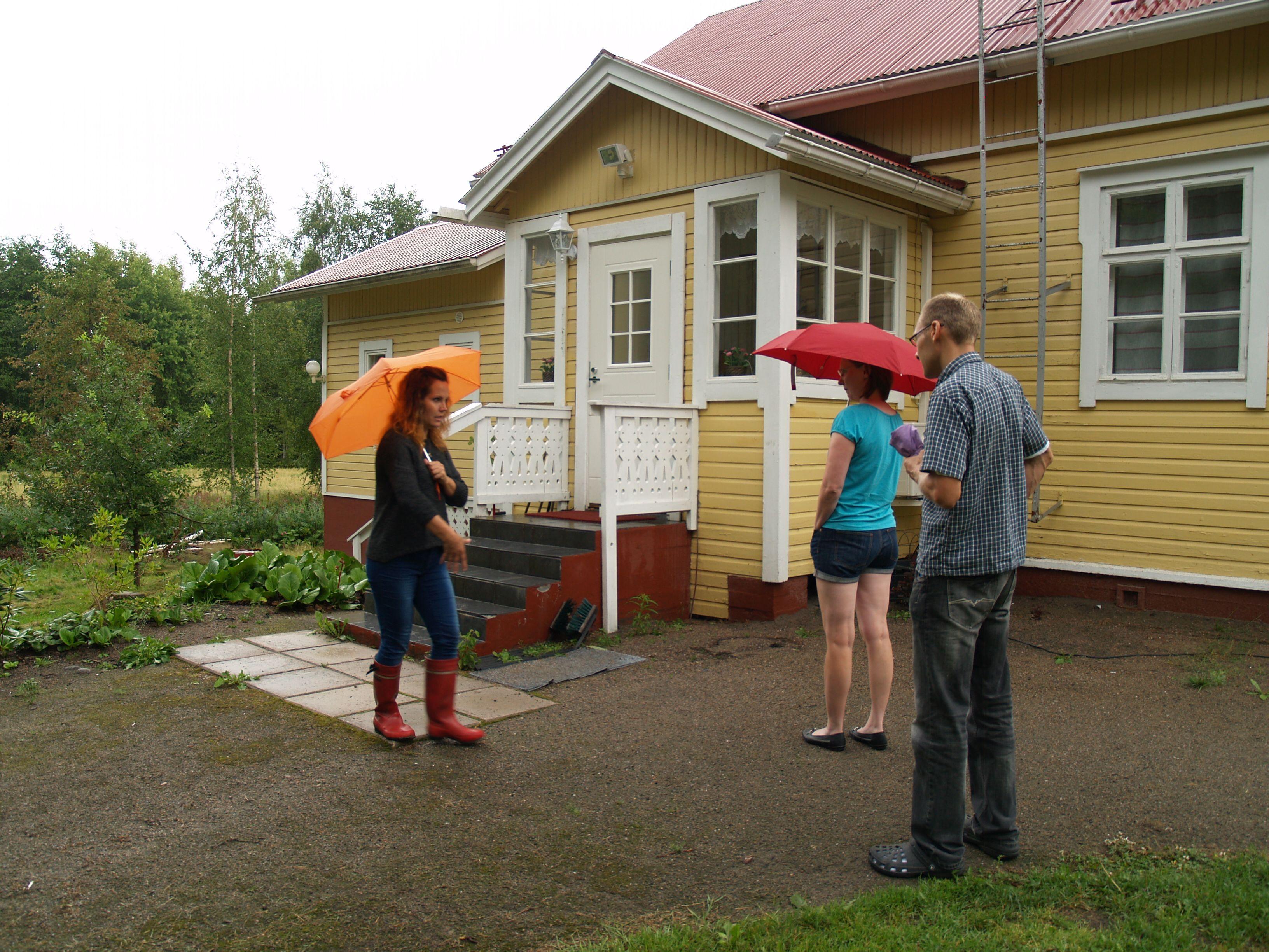 RudusPiha Facebook seurantakohde 2014. Ensimmäinen käynti pihalla. Tiina ja Petri kertovat toiveitaan maisemasuunnittelija Tanja Niemiselle. http://www.rudus.fi/pihakivet