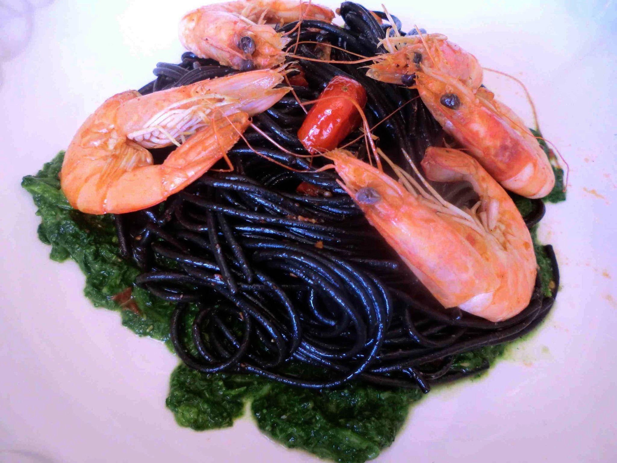 Spaghetti al nero con mazzancolle su crema di broccoli