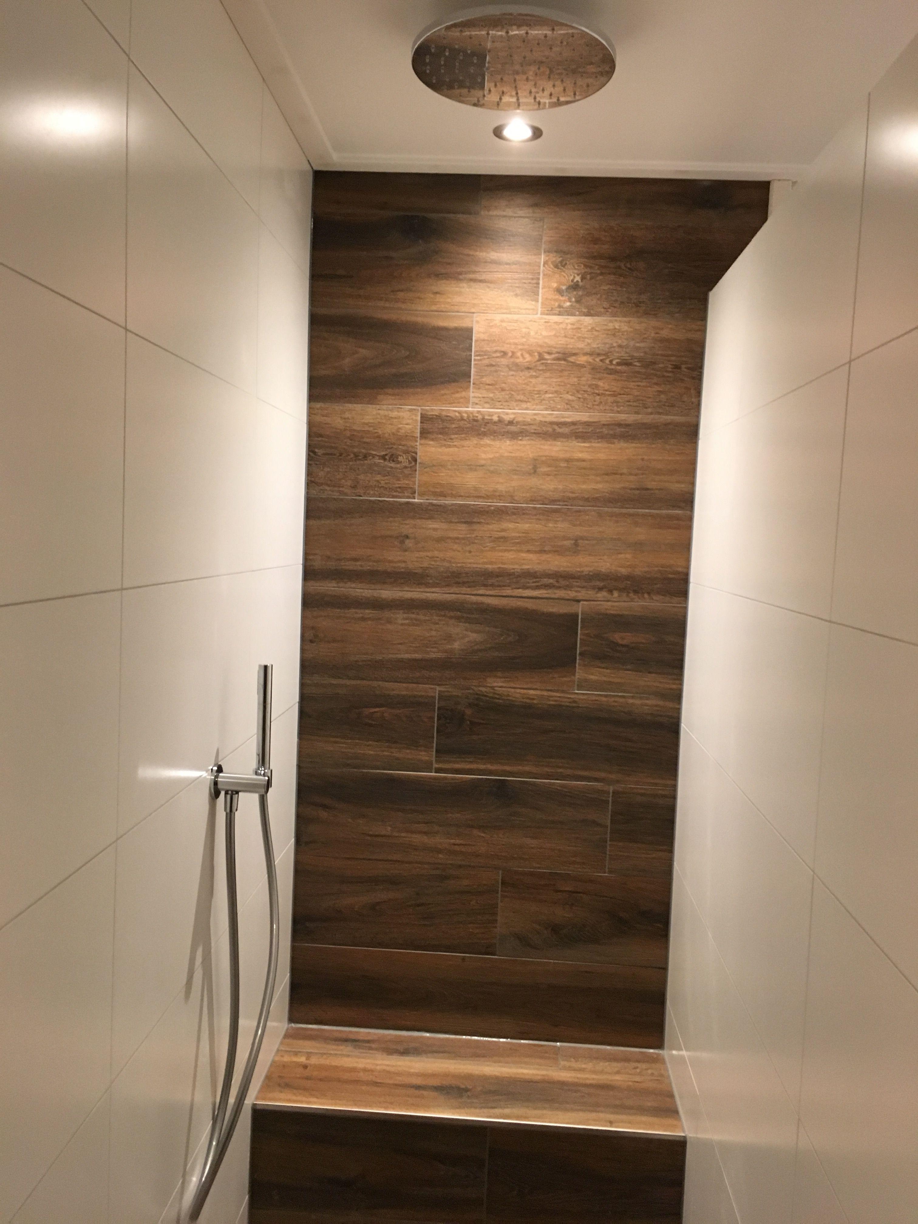 Badkamer douche met bankje regendouche handdouche hout tegel wood ...