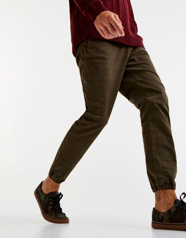 ca111e7642 Pantalón tipo chino puño en bajo - Pantalones - Ropa - Hombre - PULL BEAR  España