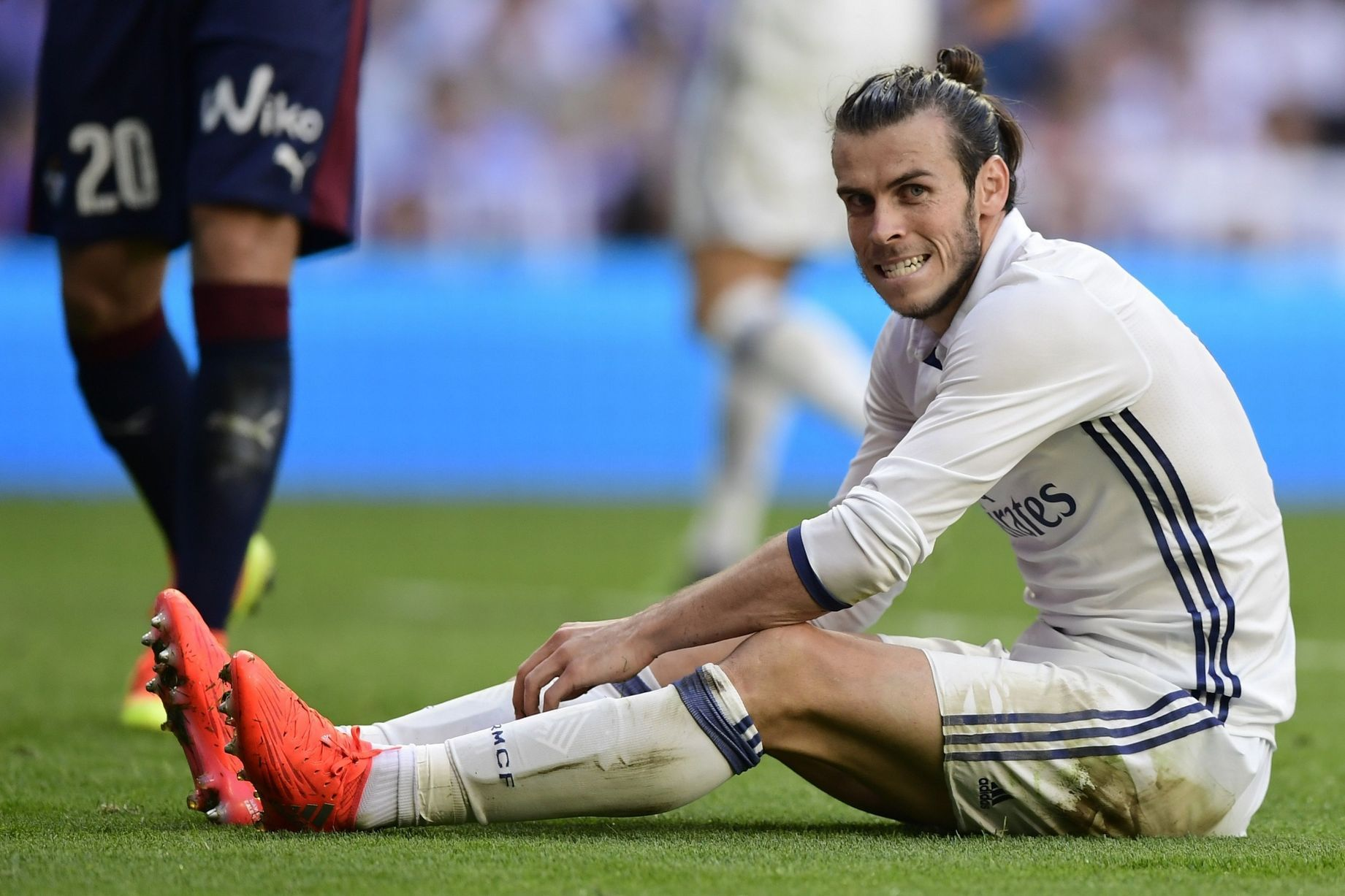 Gareth Bale Sits On The Pitch Manchester United Transfer News Manchester United Transfer Gareth Bale