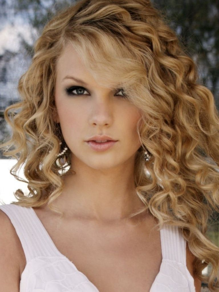 I Have Tried And Tried And Tried To Curl My Hair Like Taylor Swifts You Know Where Its Just A Bun Taylor Swift Curls Taylor Swift Hair Taylor Swift Curly Hair