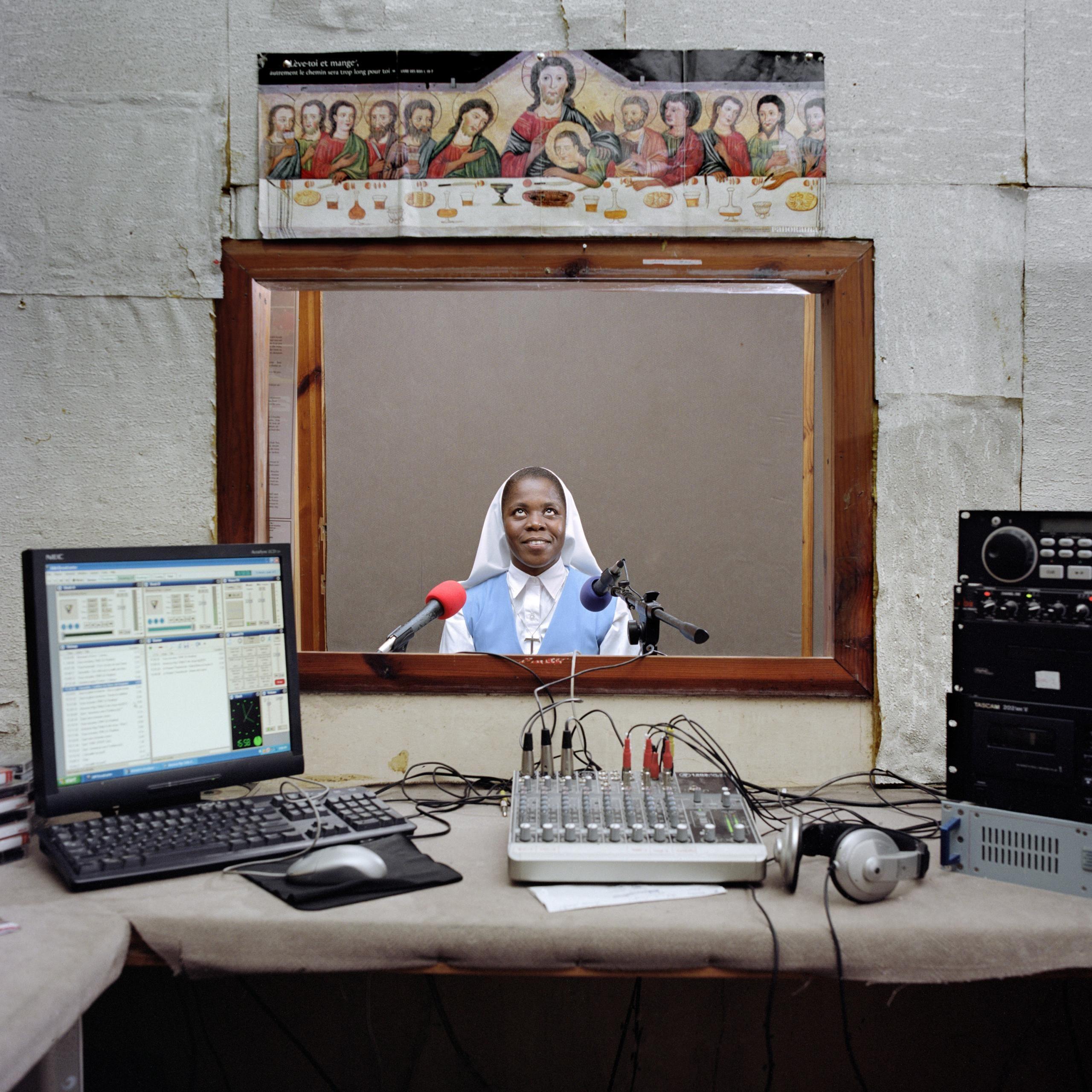 En 2012, Paolo Woods obtuvo el tercer premio individual en la categoría Daily Life con esta imagen titulada Radio Haití.