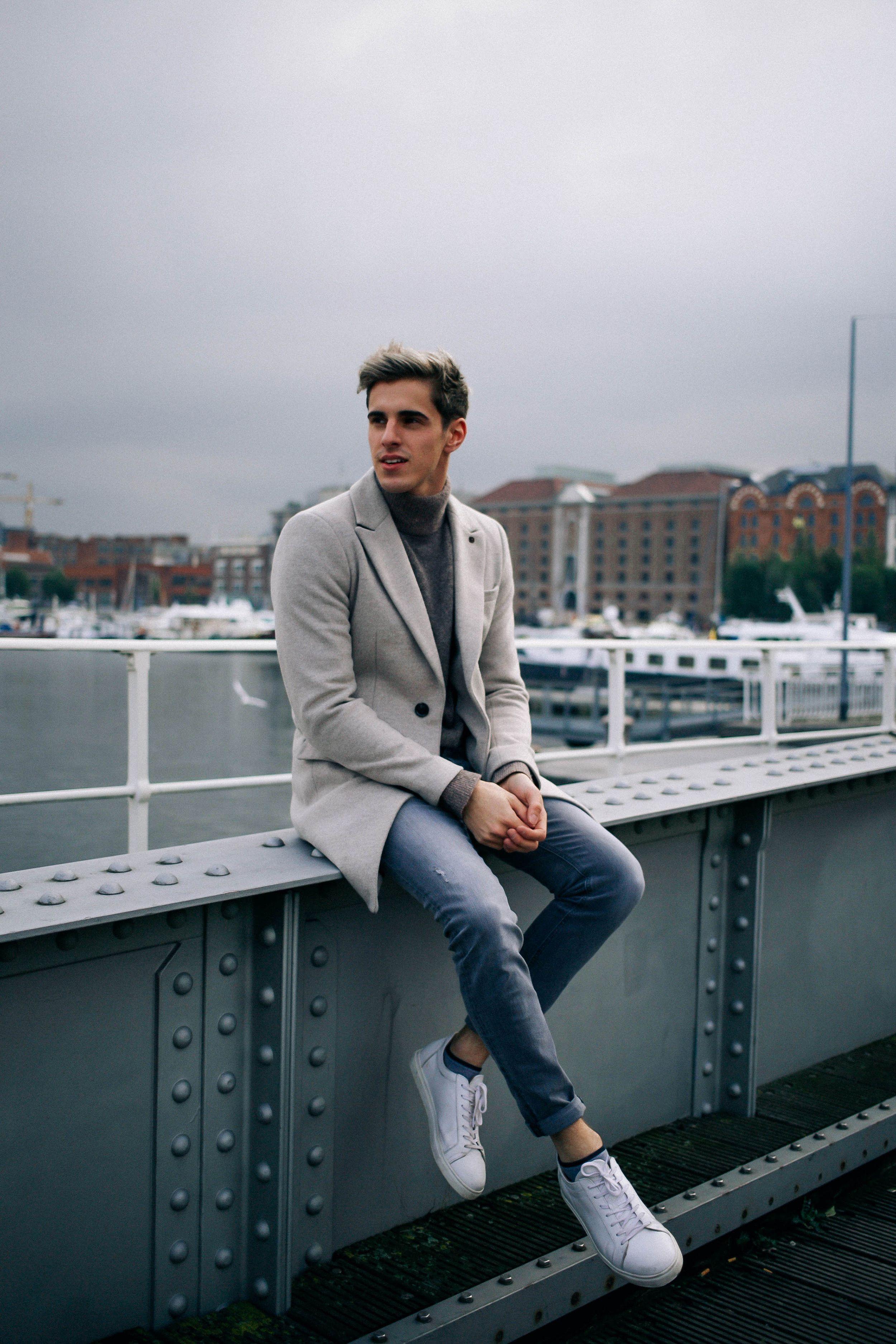 54d7bfe203 Light gray coat + gray turtleneck + skinny jeans + white sneakers ...