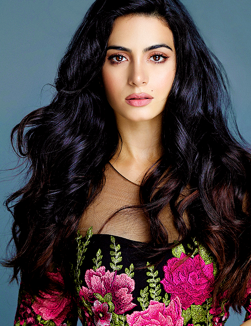 Emeraude Toubia Cast As Isabelle Lightwood In Shadowhunters Based On Cassandra Clare S The Mortal Instruments Beauty Long Brunette Hair Long Brunette