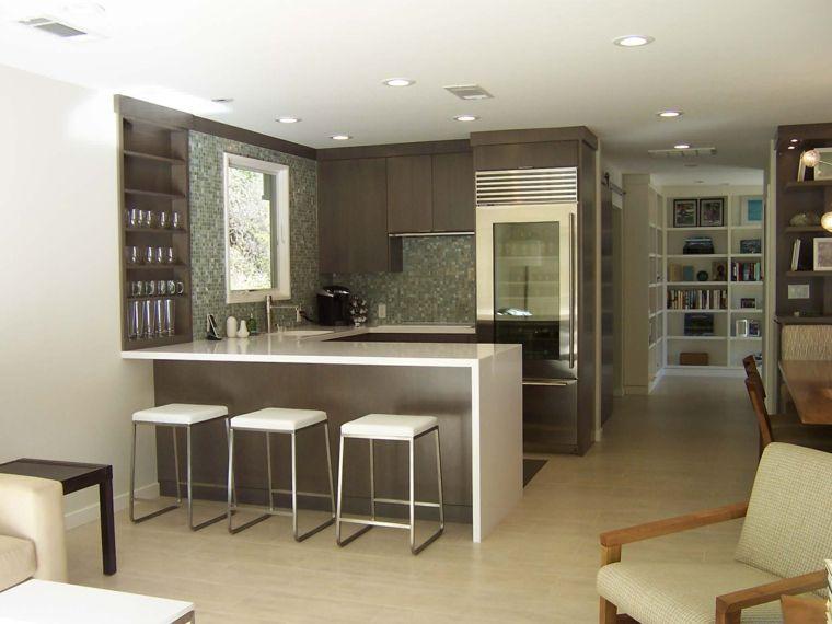 ambiente unico con cucina a u moderna bianca e marrone, divano e ...