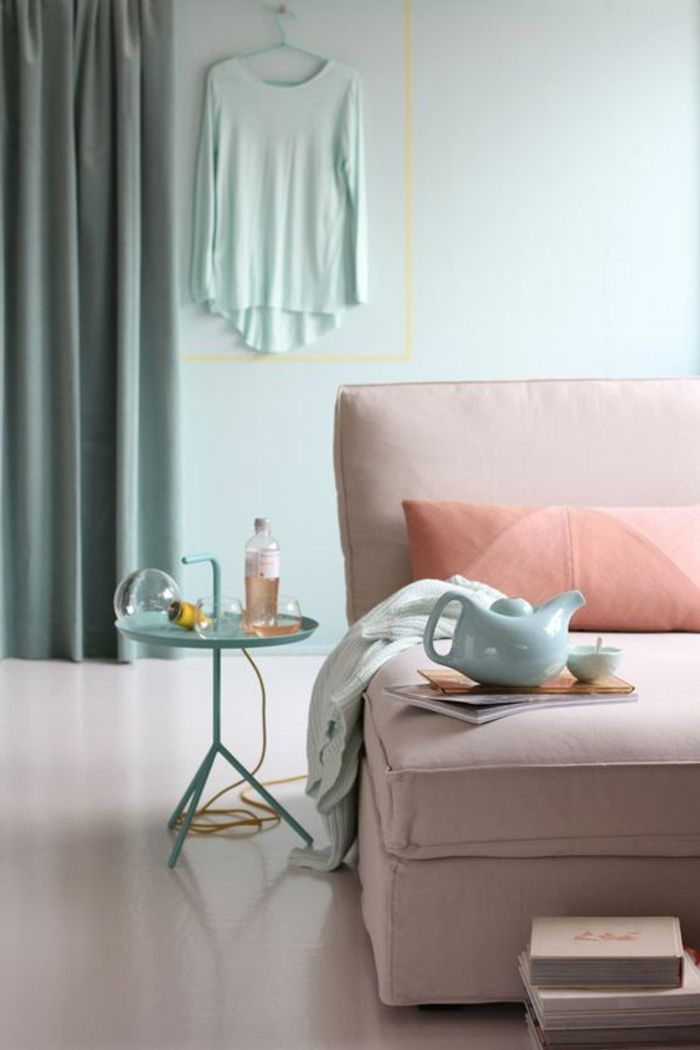 canape rose pale dans la salle de sejour moderne couleur saumon pour la salle de sejour