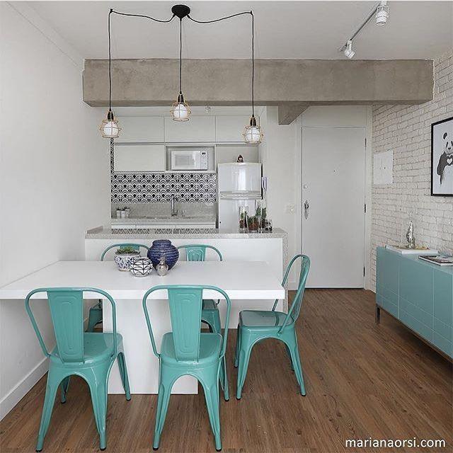 Bom dia pra quem acordou desejando essa Cozinha + Sala de Jantar.😍 Foto: Mariana Orsi. Projeto: Casa 2 Arquitetos
