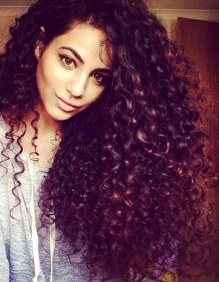 Coiffure de cheveux boucles long