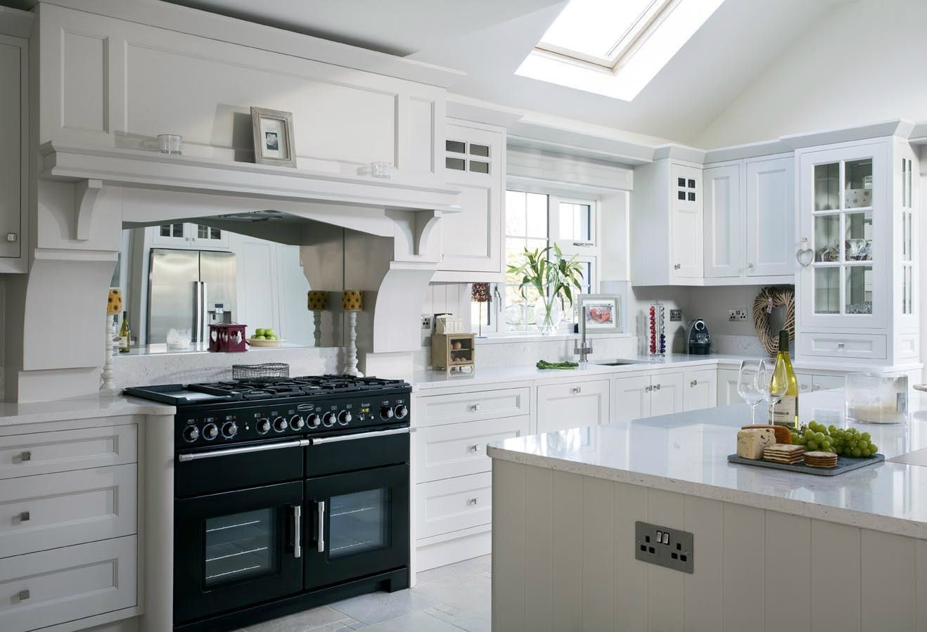 white kitchen with silestone in the color bianco river | bianco