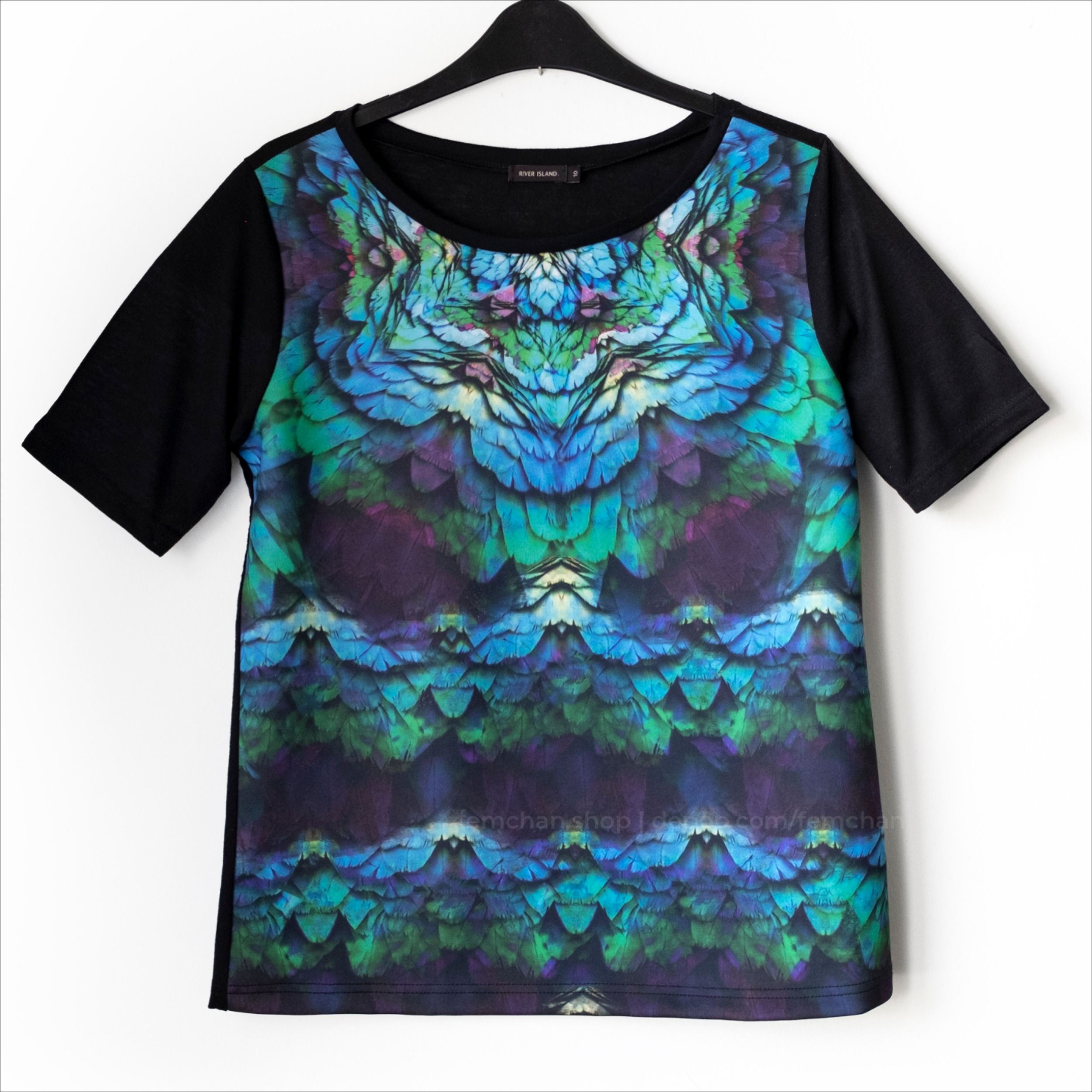 Black t-shirt with gorgeously vibrant digital feather print panel in scuba material. 100% polyester body, 96% polyester, 4% elastane front; the back and sleeves are somewhat translucent. 2014-ish, River Island.  Size 10 (EU 38) - boxy fit  #scubatee #statementprint #featherprint #greenandpurpletee #graphictee #statementtee #kaleidoscopeprint #tshirt #pridetshirt #printedtshirt #instafashion #indieshop #tshirtkopen #koopbelgisch #depopshop #brighttee