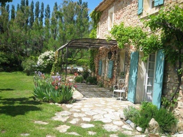 Arredare un giardino in stile provenzale casa con for Piani casa di campagna con avvolgente portico