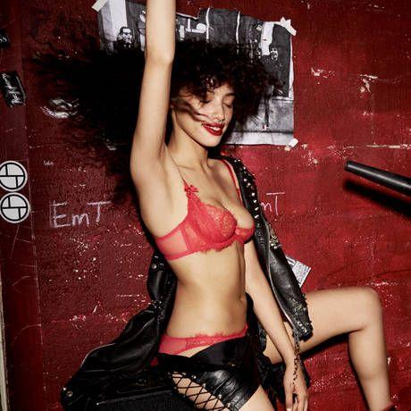 L AGENT BY AGENT POVOCATEUR Soutien-gorge balconnet 1 4 Grace Rouge Or en  fine dentelle ornée de paillettes pour un look glamour et très féminin. e5218c2a29c