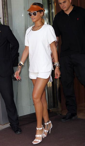 Rihanna and her gorgeous legs. Work it!