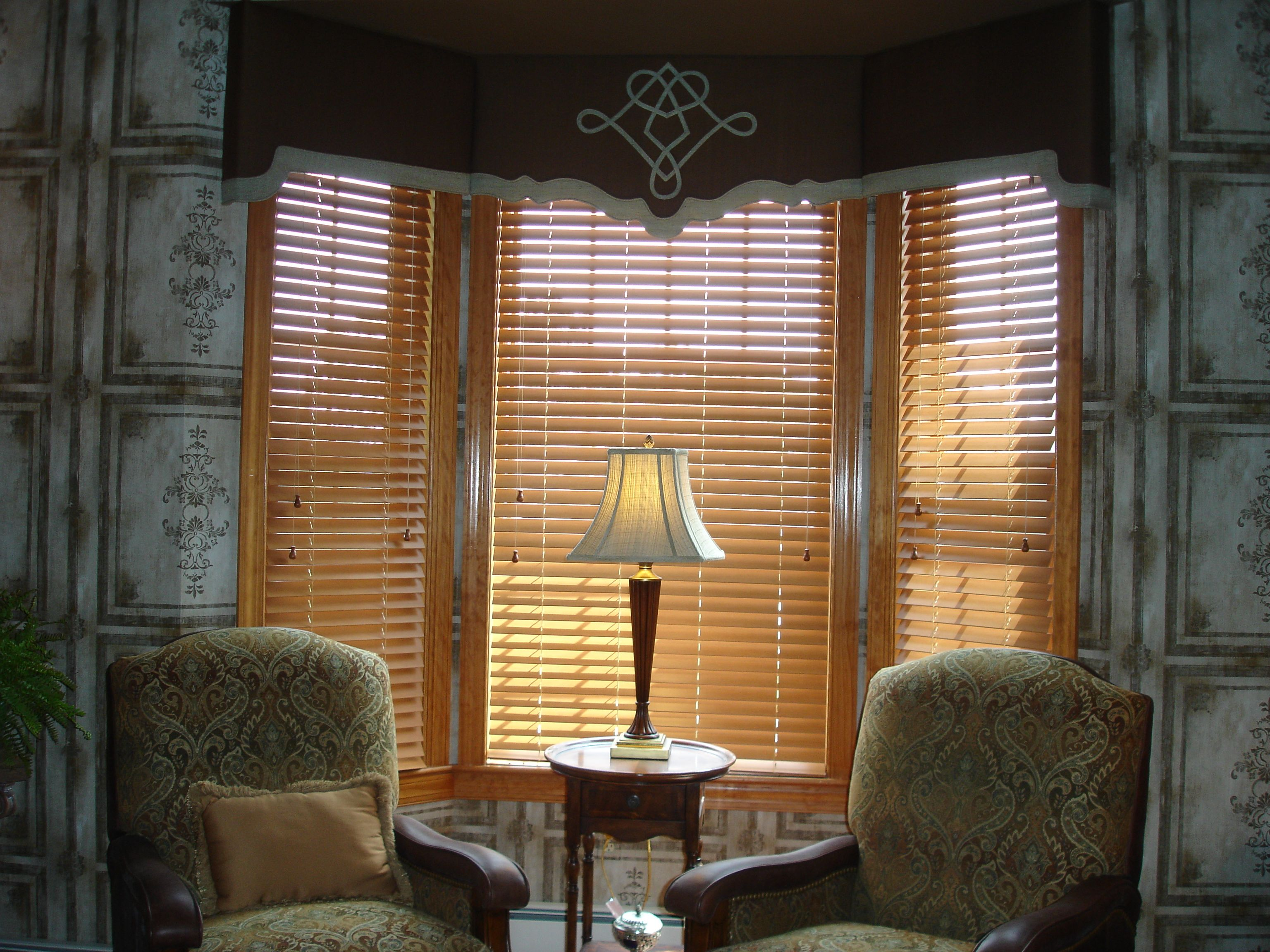 Bay window valances with design on middle panel window for Ideas for bay window treatments