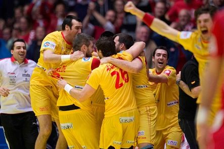 España logra el bronce del Europeo de balonmano tras vencer por 28-29 a Croacia. Francia se lleva el oro y consigue su tercer título tras aplastar a Dinamarca -anfitriona- 32-41. Joan Cañetas se convierte en el máximo goleador del torneo.