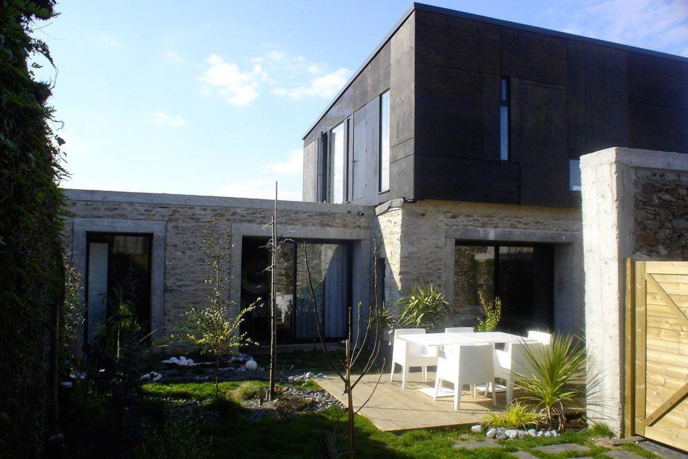 Architecte à La Chapelle Basse Mer- maison K Combinatie van hele lichte bleke ruwe natuursteen met strakke zwarte platen