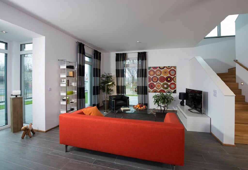 Wohnzimmer grau weis rot  Interior Wohnzimmer grau weiß rot mit Innentreppe offen Holz ...