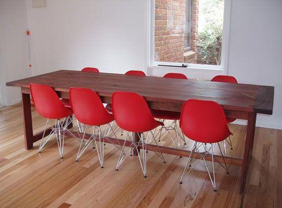 mesa rustica y sillas rojas