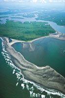 La amplitud de las mareas en la costa del Pacífico contribuye decisivamente a la configuración de los rasgos morfológicos del litoral.