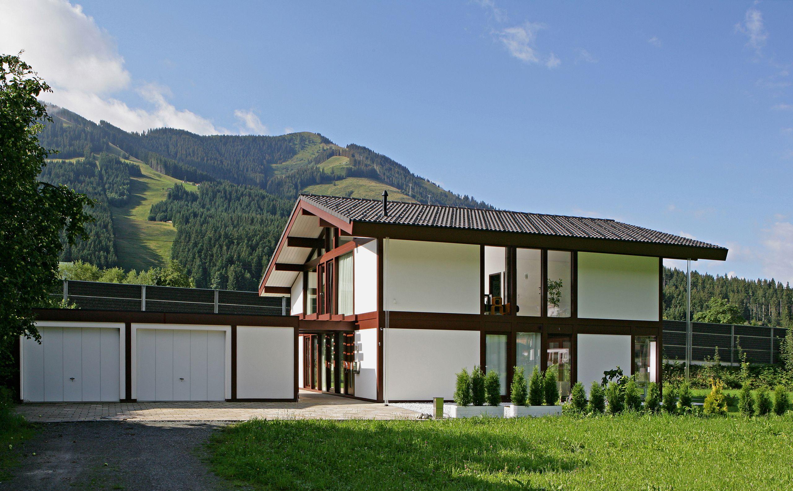Kundenhaus - Brixental | Außenansicht mit Blick auf Garagen | Finden sie mehr Informationen zu diesem Kundenhaus auf http://www.davinci-haus.de/haeuser-standorte/kundenhaeuser/wilder-kaiser-brixental/ #Traumhaus #Fertighaus #Holfachwerk