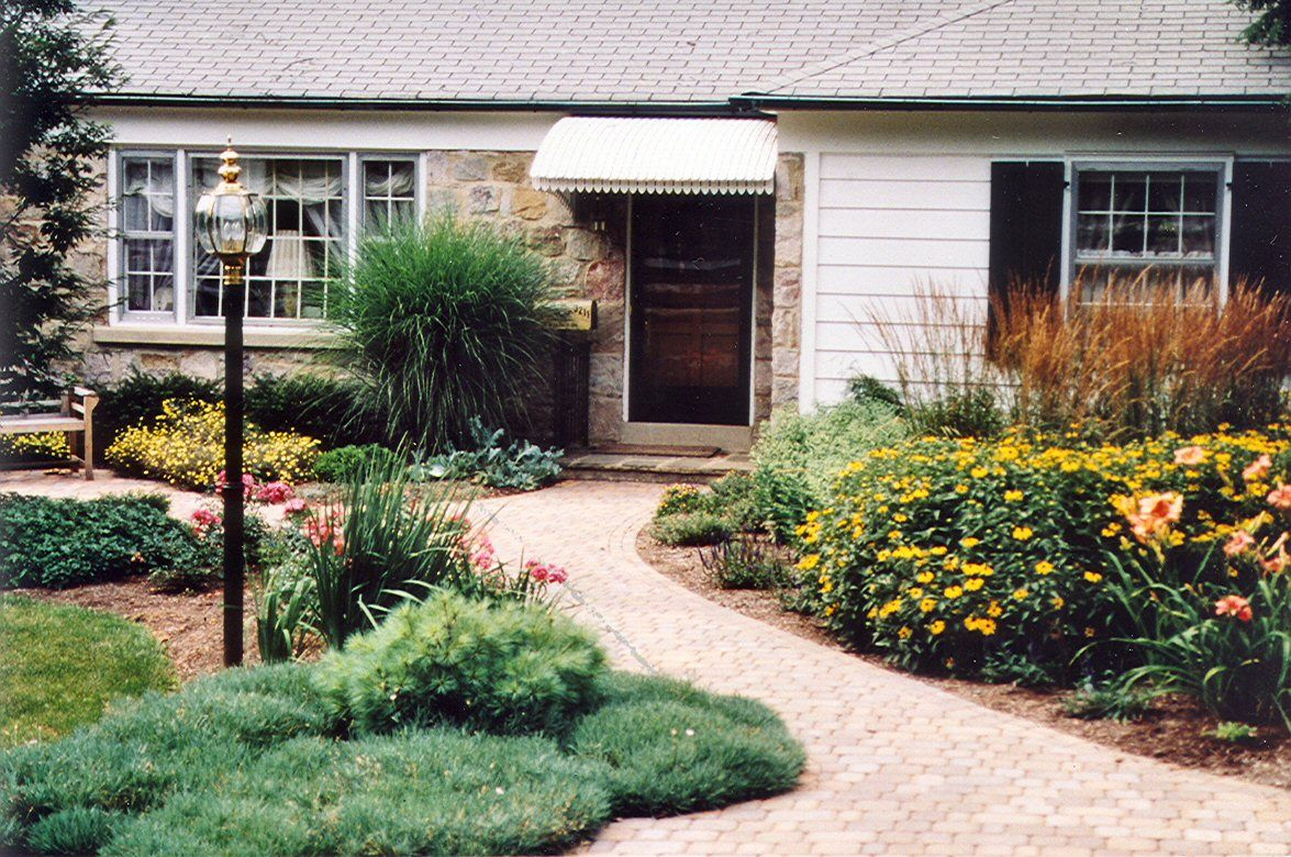 Curb appeal ideas ranch boring ranch house curb appeal for Front garden stone ideas