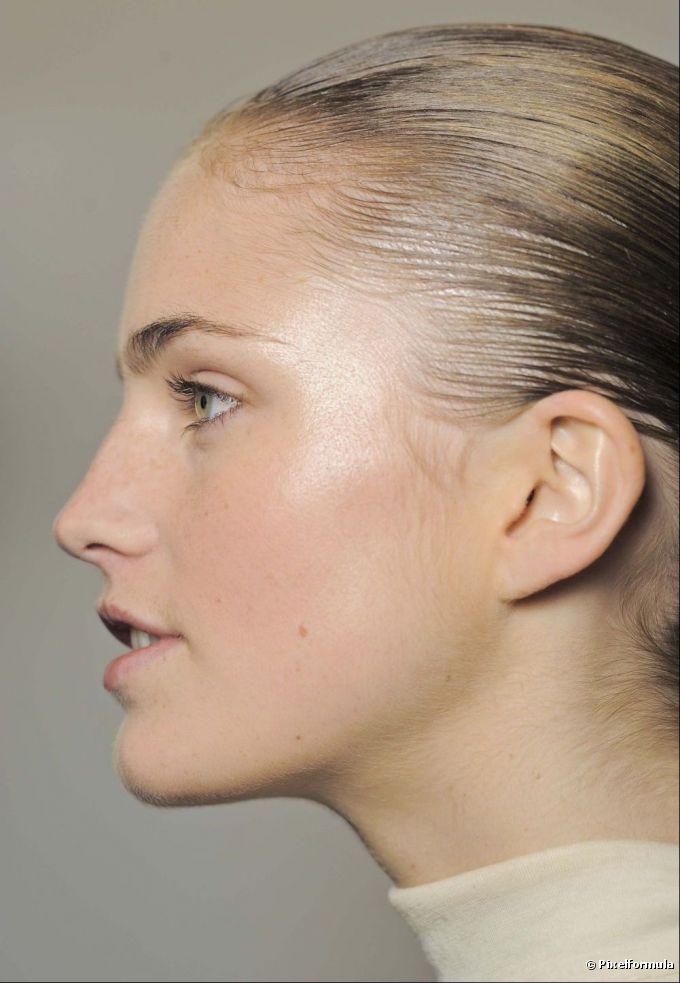 El iluminador se usa para destacar los puntos específicos del rosto.