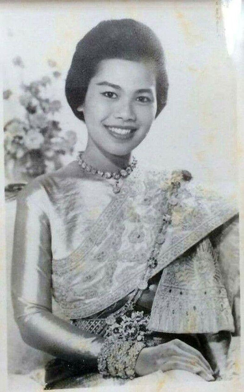 ภาพสมเด็จพระราชินี พระราชินีสิริกิติ์ รวมภาพพระราชินีกว่า 1000 ภาพ  ภาพสมเด็จพระนางเจ้าฯ ภาพเก่าในอดีต ภาพหายาก Queen Photos, Queen S… |  ภาพหายาก, ภาพ, ประวัติศาสตร์