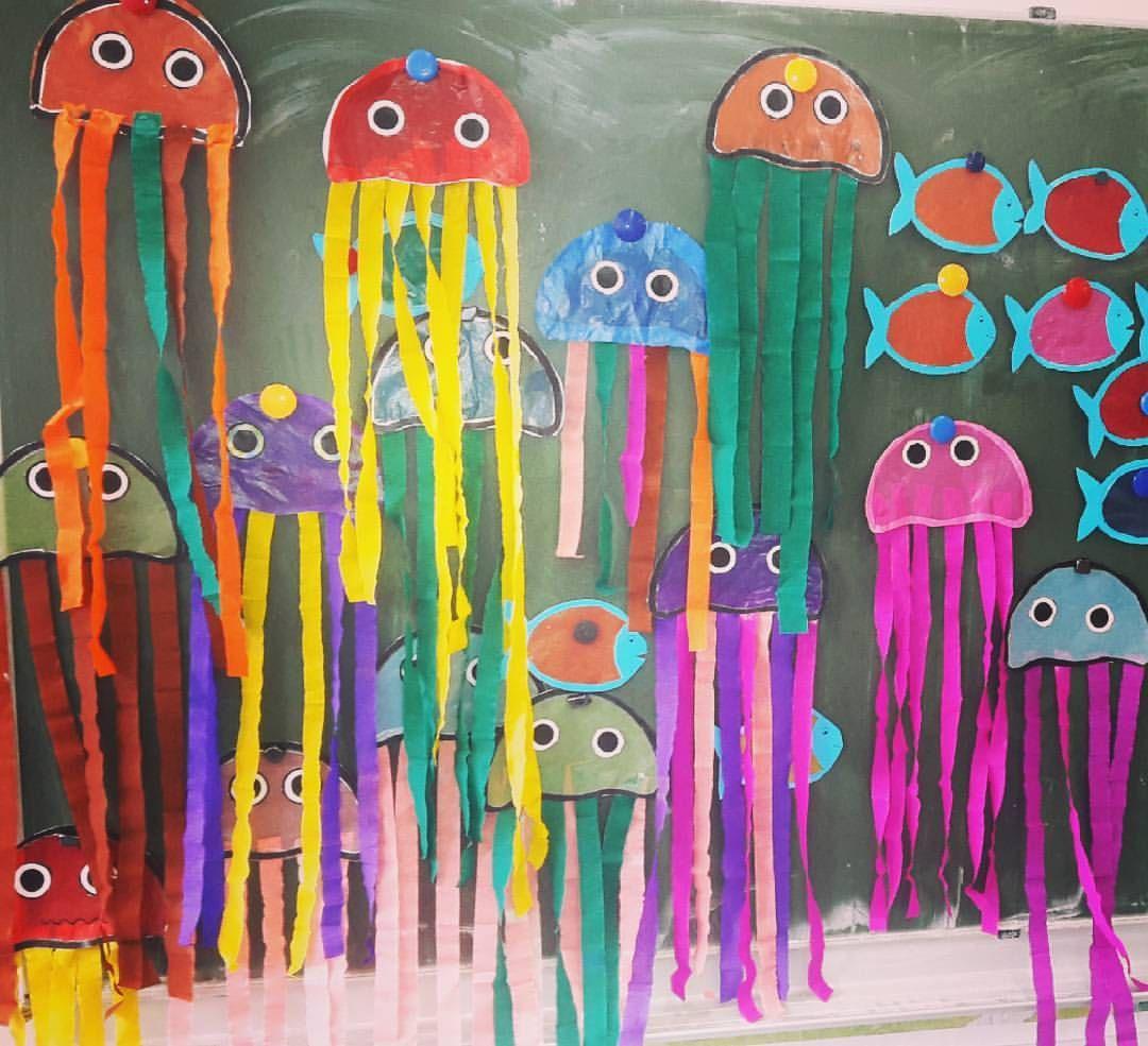 """@tafel_kreide on Instagram: """"Neue sommerliche Fensterdeko für meine #zweitklässler. Ich habe mich für #quallen und #fische entschieden. Die Kids hatten viel Spaß an den…"""" #sommerlichebastelarbeiten"""
