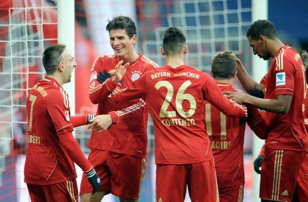 Mario Gomez entró de cambio y se llevó doblete. El Bremen se quedó con 10 hombres durante el encuentro Jupp Heynckes, DT del Bayern, cumplió 100 partidos al frente del club bávaro.