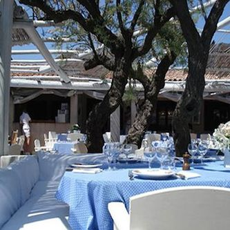 If it isnu0027t the beautiful white canopies surrounded with fresh greenery youu0027 & Travel: Le Club 55 St. Tropez | White canopy Saint tropez and ...
