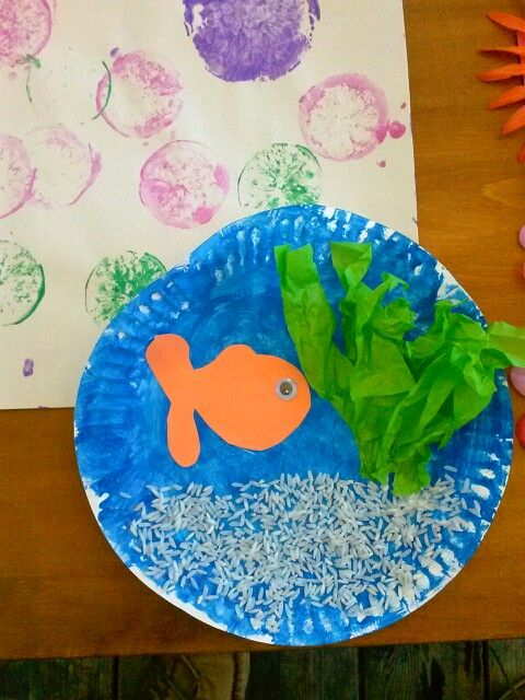 Paper plate fish tank rice as sand green tissue paper for Fish crafts for preschoolers