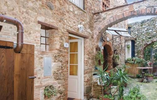 Casa Teresa Camaiore LU Casa Teresa offers accommodation in Montemagno, 23 km from Pisa. The unit is 15 km from Lucca.  There is a dining area and a kitchen complete with a fridge and a stovetop. A TV is featured. There is a private bathroom with a bath or shower.
