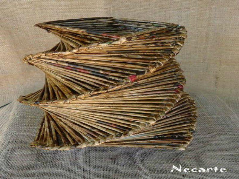 Abajur feito de jornal - R$ 45