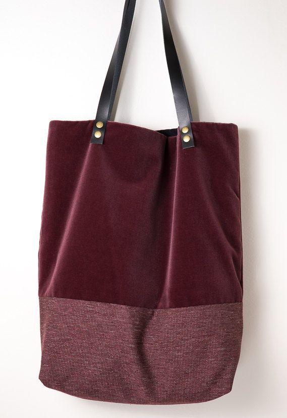 f702bcabc Shopping bag de terciopelo color granate combinado con tela al tono. Forro  y bolsillo interior. Dos correas de piel en color negro.