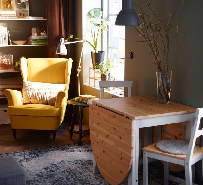 Idea per una piccola cucina con poltrona, tavolo e sedie