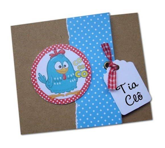 Convite da Galinha Pintadinha em papel craft 200g + papel de scrapbook petit poá azul e branco, fita xadrez vermelho e branco e impressão a laser colorido.